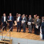 Die Architekten übergeben Bildbände an Projektpartner sowie Ehrengäste