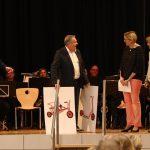 Der Schule werden durch die Architekten Spielgeräte zur Einweihung geschenkt