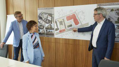 v.l. Architekt Klaus Klinger, Buergermeisterin Baerbel Schader und Landrat Christian Engelhardt