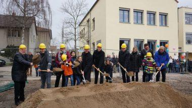 Gemeinsamer Spatenstich – mit Landrat Christian Engelhardt (7. v. rechts) und Einhausens Bürgermeister Helmut Glanzner (8. v. rechts).